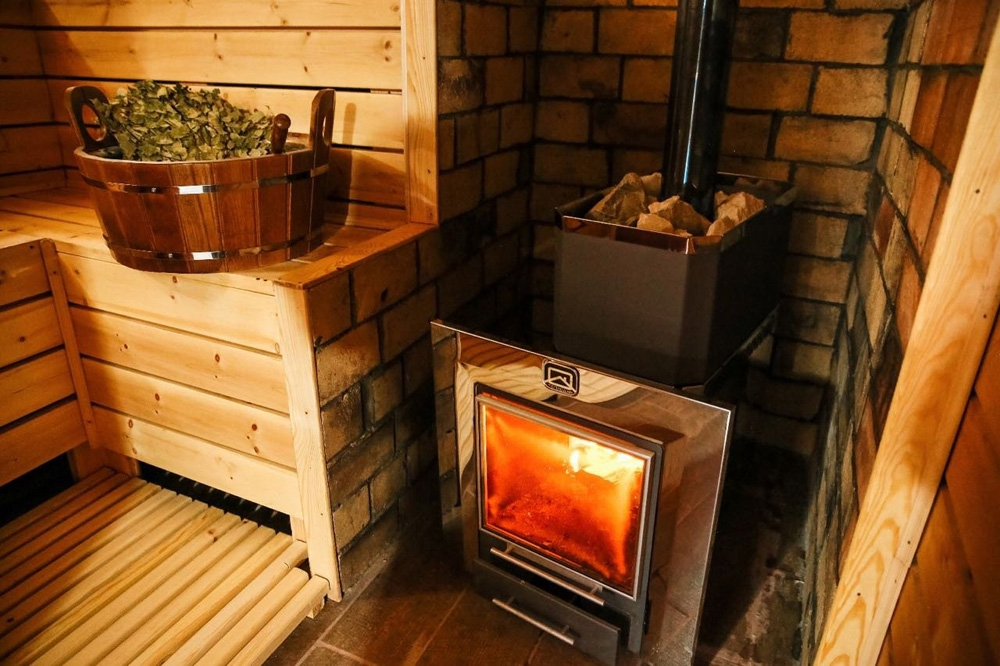 Какими дровами топить печь в бане