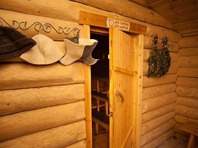 Как выбрать деревянные двери для бани